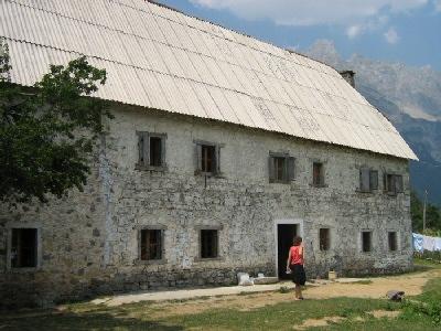 Banesë e rikonstruktuar për turizëm në Theth