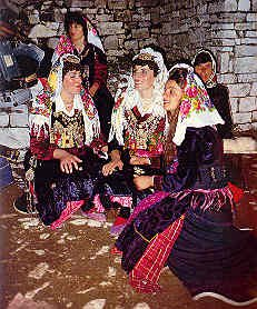 Gra të veshura me xhubleta   Women wearing xhubleta